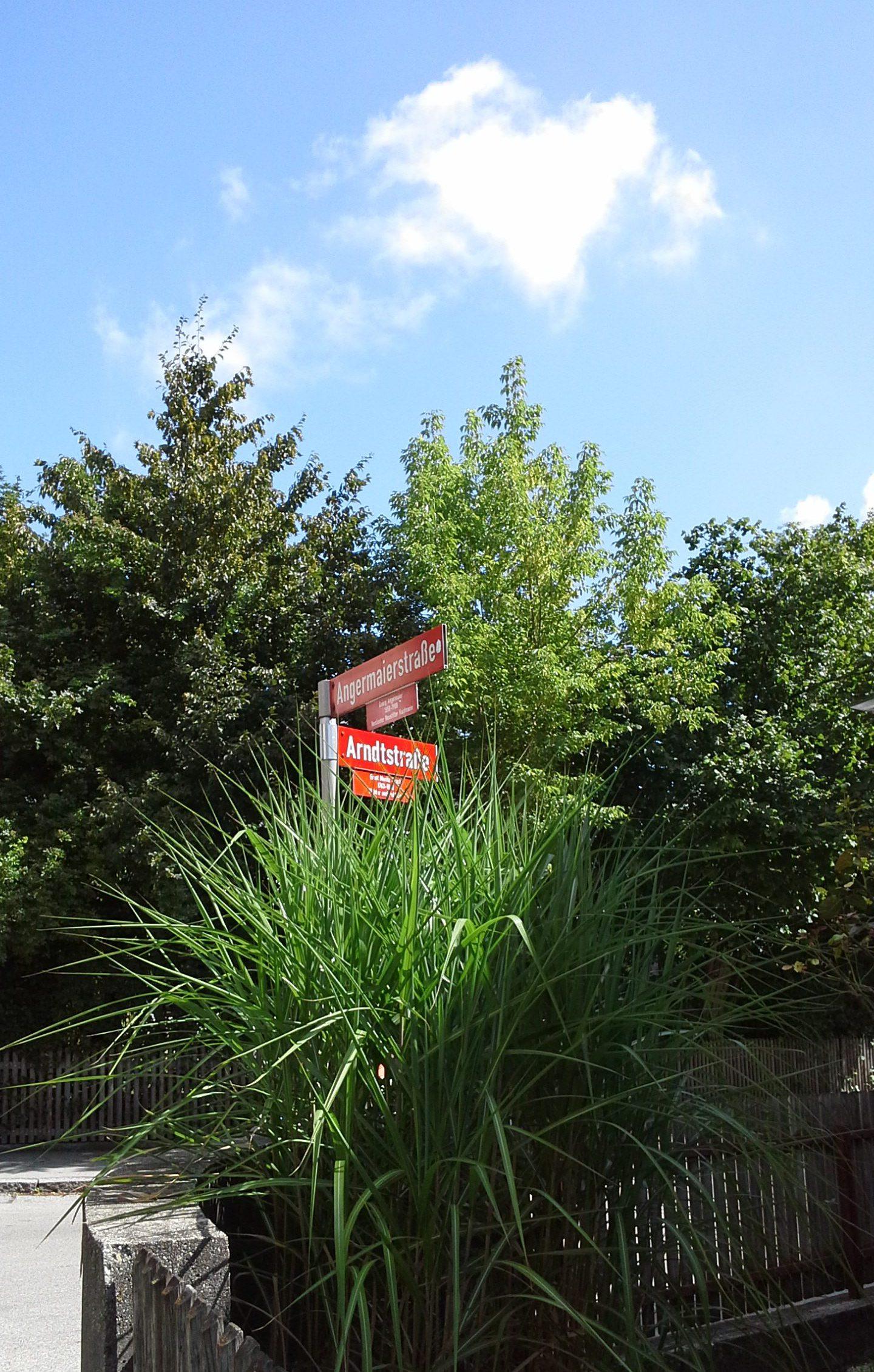 """Die Heilpraxis als Herzensausdruck von Antje Loos in der Arndtstraße 33, direkt an der Ecke zur Angermaierstraße. Es sind nur ca. 200 m Fußweg bis zur nächsten MVV-Haltestelle """"Angermaierstraße"""" der Buslinien 620 und 621 zum S-Bahnhof Freising mit S1-Anbindung nach München."""